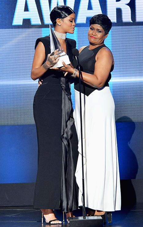 Ca sĩ Rihanna và mẹ