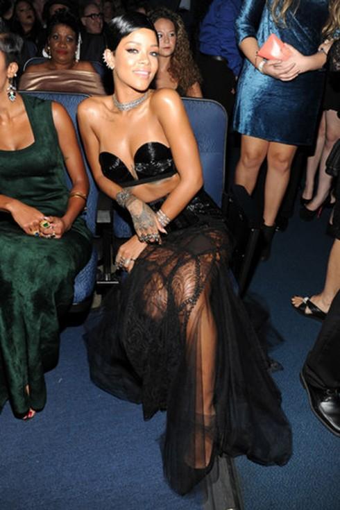 Rihanna với một thiết kế gợi cảm từ bộ sưu tập của Jean Paul Gaultier.