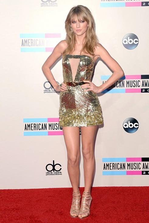 Taylor Swift trong trang phục ánh kim sang trọng của Julien Macdonald và giày quai dây Jimmy Choo.
