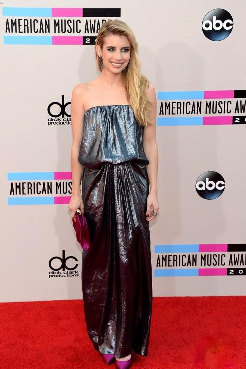 Nữ diễn viên Emma Roberts nổi bật với đầm Lanvin màu bạc, kết hợp ăn ý cùng chiếc clutch hồng fuchsia của Casadei và hoa tai dáng dài quyến rũ.