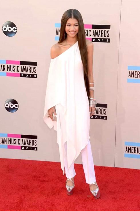 Ngôi sao của Disney Zendaya Coleman với trang phục trắng cánh dơi từ bô sưu tập Donna Karan, không quên tạo điểm nhấn bằng clutch cầm tay Swarovski.