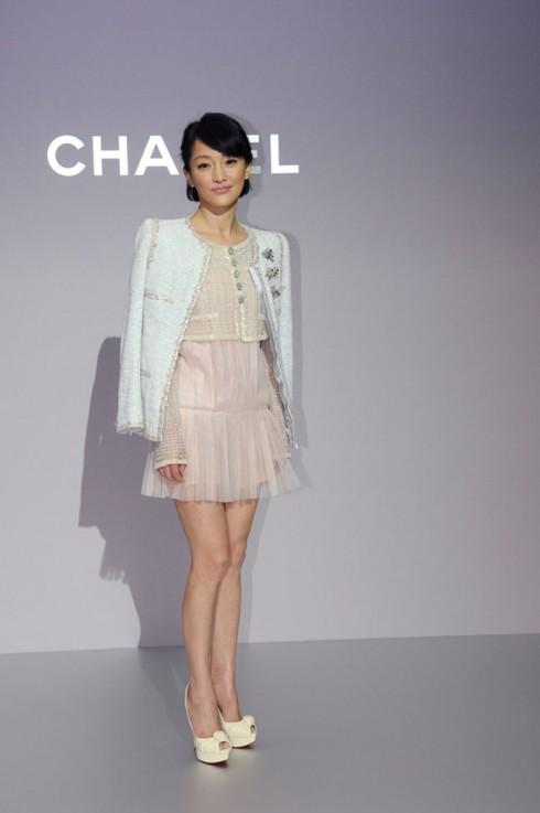 Là gương mặt đại diện cho Chanel ở Trung Quốc, Châu Tấn không chỉ thường xuyên xuất hiện tại những buổi biểu diễn, lễ tiệc của thương hiệu Pháp mà còn hiện thân cho cái đẹp, phong cách thời trang đậm chất Chanel.