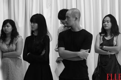 Hai nhà thiết kế An Hương và Lê Minh của thương hiệu Rue Des Chats chăm chú theo dõi buổi diễn tập.