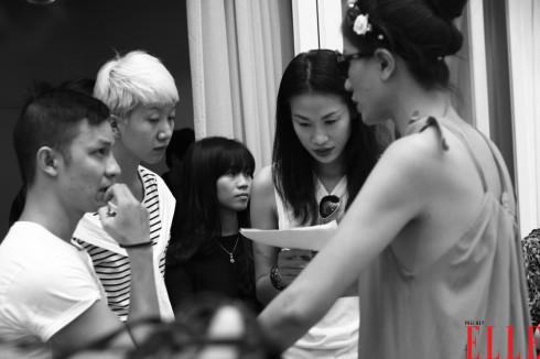 Người mẫu Thanh Trúc (tóc đen giữa hình) là đạo diễn catwalk cho chương trình.