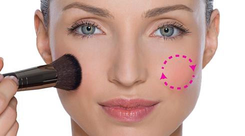 Làm đầy đặn khuôn mặt xương: Xoay đầu cọ theo vòng tròn để đánh phấn, bắt đầu từ chính giữa bầu má và tán dọc theo xương gò má thẳng ra phía sau tai. Đối với khuôn mặt nhỏ, bạn nên chọn phấn màu hồng tươi và nhấn thêm chút highlight lên gò má.