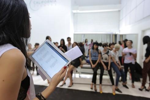 Đạo diễn Catwalk Trương Thanh Trúc đang hướng dẫn các người mẫu