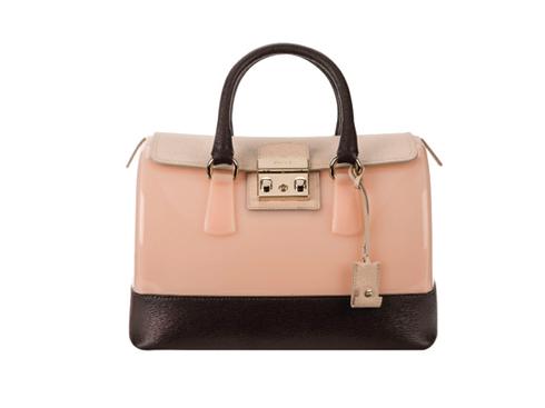 Candy Bag <br/>Phiên bản mới với nắp túi được sáng tạo đặc biệt bằng sự kết hợp giữa da soffiano và khóa bằng kim loại. Màu sắc của chiếc túi kết hợp tông pastel nhẹ nhàng cùng tông màu nâu sẫm ở đáy túi tạo cảm giác mạnh mẽ hơn so với phiên bản chuyển màu Candy Sunset.