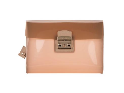 Cndy Pochette<br/>Chiếc clutch maxi này sẽ là món đồ không thể thiếu của các quý cô sành điệu. Được làm bằng chất liệu nhựa cao su, khóa bằng kim loại và da soffiano trang trí ở nắp túi. Màu sắc pastel đã đánh dấu một bước tiến mới trong thế giới Candy kỳ diệu, đem đến cái nhìn độc đáo và thanh lịch.