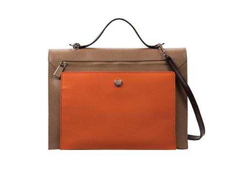 Jasmin <br/>Thiết kế đơn giản và hiện đại với chức năng tháo rời quai đeo, được làm bằng da soffiano cứng cáp kết hợp da nappa mềm mại màu tương phản. Chiếc túi mở ra như một cuốn sách, cũng có thể đeo như một chiếc clutch. Quyến rũ và hoàn hảo.
