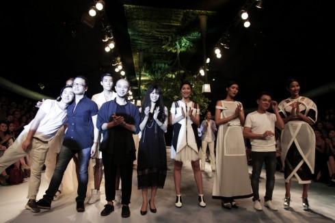 4 nhà thiết kế và các người mẫu EFS tổng chào khán giả.