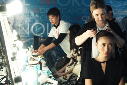 Chuyên gia tạo mẫu tóc Violet Sainsburry đến từ Moroccanoil đang thực hiện kiểu tóc cho người mẫu.