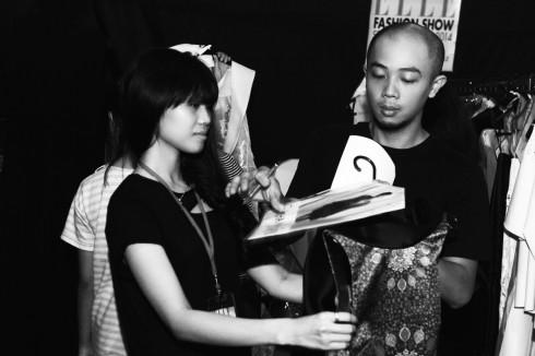 Hai nhà thiết kế Lê Minh và Anhuong của Rue Des Chats kiểm tra lại trang phục và thứ tự người mẫu lần cuối