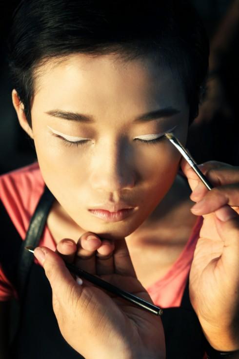 Viền mắt trắng táo bạo là look tiêu biểu của dàn người mẫu biểu diễn bộ sưu tập KIN By Công Trí