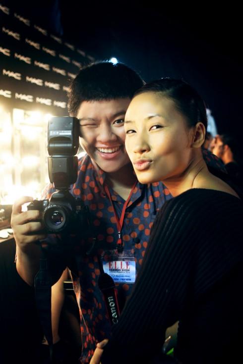 Huyền Trang tạo dáng nghịch ngợm cùng nhiếp ảnh gia của chương trình