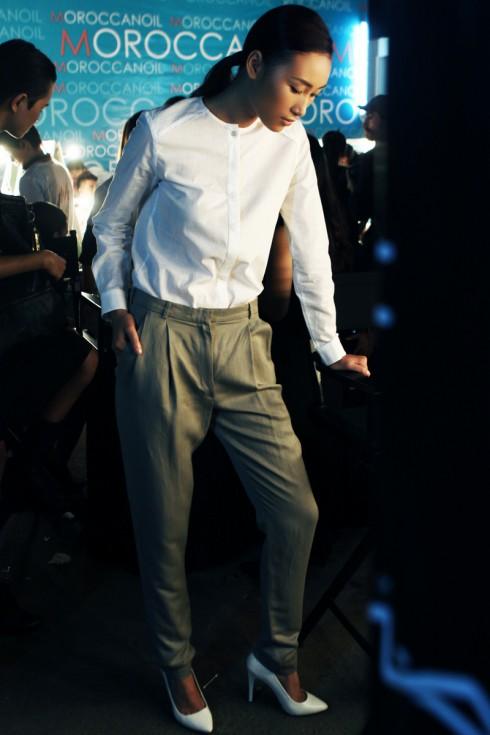 Huyền Trang đang làm quen với đôi giày trước khi bước ra sàn catwalk trong thiết kế của Hiền Lê