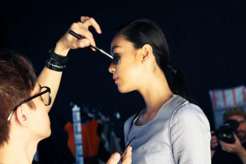 Sau khi dàn người mẫu đã sẵn sàng trong trang phục diễn, các chuyên gia làm đẹp chỉnh sửa makeup và kiểu tóc một lần nữa trước khi các chân dài bước ra sân khấu