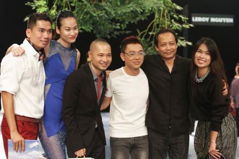 Đạo diễn catwalk Thanh Trúc, đạo diễn nghệ thuật Dzũng Yoko, nhà thiết kế Công Trí, đạo diễn sân khấu Phạm Hoàng Nam và Giám đốc sản xuất chương trình Hà Mi cùng chụp ảnh kỉ niệm