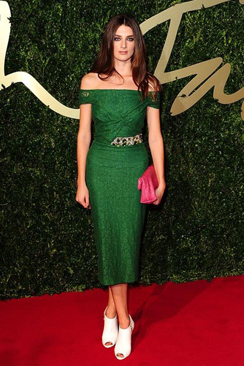 Diễn viên Daisy Bevan mặc chiếc đầm xanh sang trọng của Burberry.