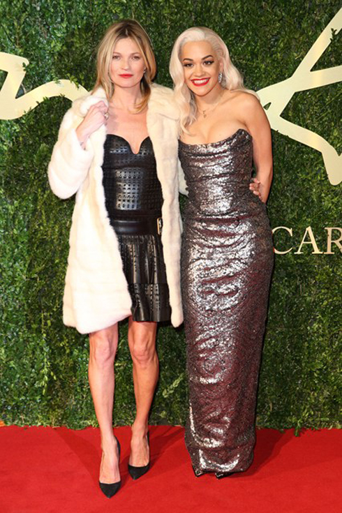 Ca sĩ Rita Ora trong trang phục Vivienne Westwood và siêu mẫu Kate Moss