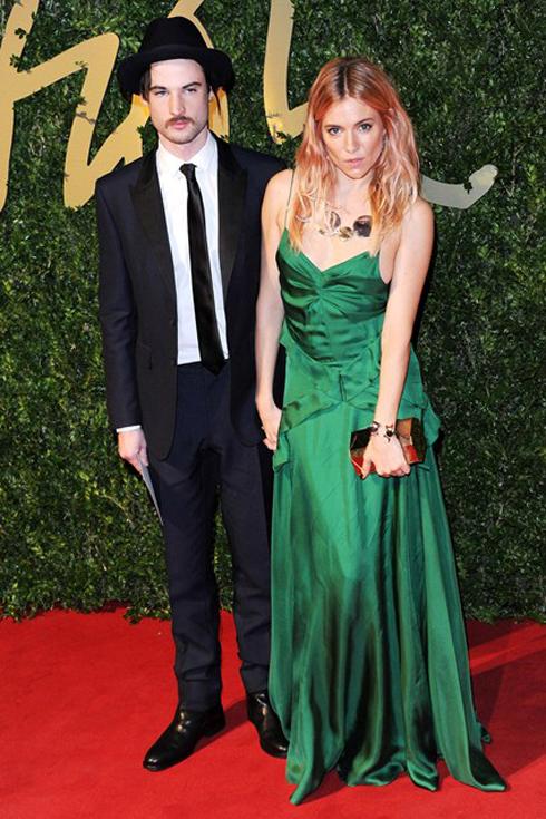 Hai diễn viên Sturridge và Sienna Miller đều chọn trang phục của Burberry cho sự kiện quan trọng này.