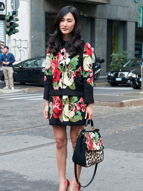 Bộ đồ cùng với túi xách của DOLCE &GABANNA với điểm nhấn là những họa tiết hoa