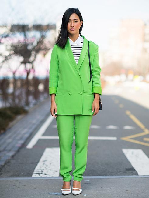 Nicole nổi bật và rất chất trong bộ suit màu xanh neon kết hợp với áo kẻ sọc đen trắng và giày trắng.