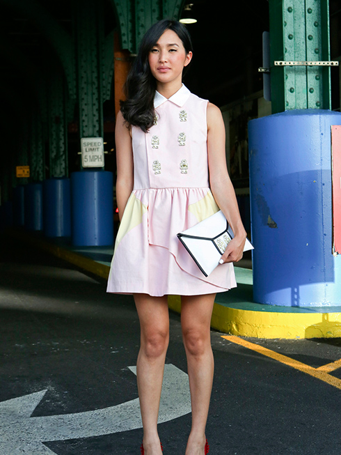 Nicole chọn phong cách nữ tính, rất châu Á bằng bộ đầm hồng pastel của PATRICIA CHAN, thêm chút tinh nghịch với chi tiết những chú robot bằng đá đính trên thân áo và ví cầm tay kết hợp của CHARLOTTE OLYMPIA.