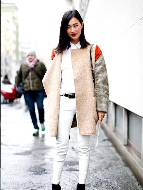 White on White? Không làm khó được cô ấy! Nicole phối áo sơmi trắng với quần skinny jeans trắng cực hiện đại, nhưng điểm nhấn thực sự phải là chiếc áo khoác dài bằng dạ với những mảng màu trông như một bức tranh lập thể. Vô cùng thú vị!