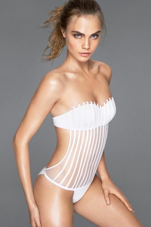 Một hình ảnh khác của Cara trong trang phục tựa áo bơi liền thân