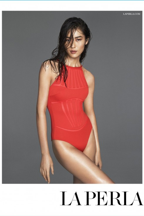 Và Liu Wen quyến rũ với mái tóc ướt, làn da bánh mật và bộ áo liền thân màu đỏ