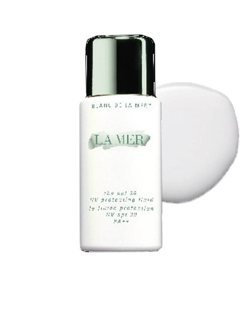 Kem chống nắng LA MER với chất liệu lỏng, thấm nhanh vào da tạo nên lớp bảo vệ tối ưu, cho làn da trông rạng rỡ (2.400.000 VNĐ)