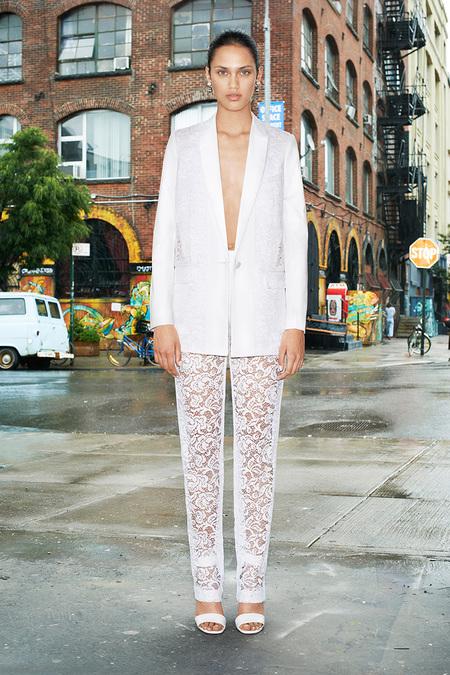"""Còn nếu muốn lãng mạn cực độ, chiếc quần ren trắng của Givenchy sẽ là vũ khí giúp bạn nổi bật! <br\> <br\> Ở đây, Riccardo Tisci """"góp ý"""" cho ta một ý tưởng khá… chơi: mặc váy trùm ra bên ngoài quần dài và white-on-white!<br/>Givenchy Resort 2014"""