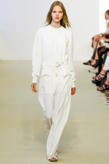 Quần suit gọn gàng, với những đường cắt tinh tế của Calvin Klein cũng được biến đổi để trở nên bồng bềnh lãng mạn hơn theo từng bước chân.<br/>Calvin Klein Resort 2014