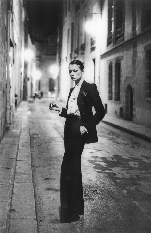 """Bộ tuxedo dành cho phụ nữ của cố NTK gốc Algeria Yves-Saint Laurent là một """"cú nổ"""" lớn trong làng thời trang vào thời điểm ra đời - 1966."""