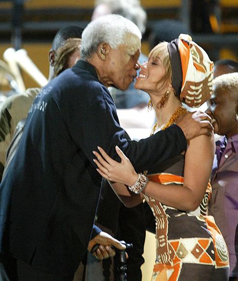 29/11/2003: Ông hôn nữ ca sĩ da màu Beyonce Knowles tại chương trình ca nhạc gây quỹ Nelson Mandela AIDS tại Cape Town, Nam Phi. Trên Facebook của cô đã bày tỏ nỗi tiếc thương: