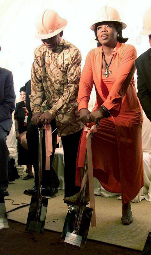 06/12/2002: Cựu Tổng thống Nam Phi Nelson Mandela và ngôi sao chương trình truyền hình Mỹ Oprah Winfrey tham gia một lễ động thổ cho Oprah Winfrey Leadership Academy dành cho các nữ sinh nghèo ở Meyerton, Nam Phi.
