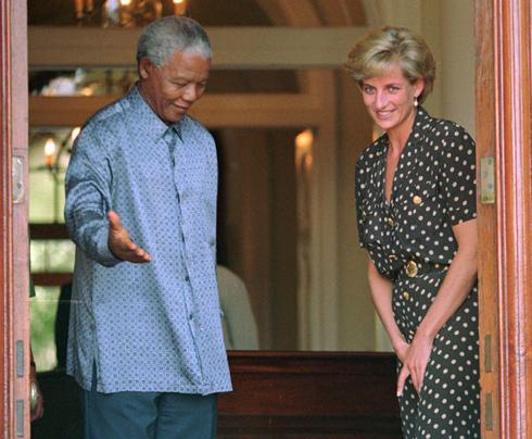 17/03/1997: Hai biểu tượng của hai dân tộc: Tổng thống Nam Phi Nelson Mandela hộ tống Diana, Công nương xứ Wales, trong chuyến thăm xã giao Mandela khi đến thăm anh trai cô, Earl Spencer, ở Cape Town.