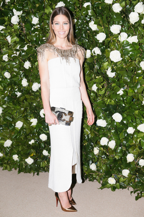 Jessica Biel nổi bật với đầm lụa trắng phối cùng clutch Boy Chanel Bric đen nạm ngọc trai.