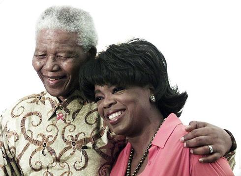 """Nữ hoàng truyền hình Oprah Winfrey đã chia sẻ trên Facebook: """"Một trong những vinh dự lớn nhất của cuộc đời tôi là được mời tới nhà của Tổng thống Nelson Mandela và có thời gian riêng trò chuyện với ông. Ông tuyệt vời như tất cả mọi điều bạn từng nghe và còn nhiều hơn thế nữa – khiêm tốn và không bị tổn thương bởi những đắng cay đã trải qua."""""""