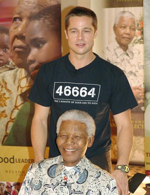 Nam diễn viên Brad Pitt chụp ảnh cùng ông Mandela sau khi được bổ nhiệm là Đại sứ 46664 (con số gợi nhớ đến số hiệu tù nhân của Mandela) năm 2009. 46664 là tên của chuỗi các sự kiện âm nhạc được tổ chức nhằm giúp chống lại căn bệnh thế kỉ AIDS.