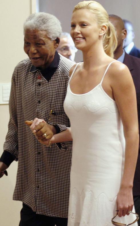 Cô diễn viên gốc Nam Phi Charlize Theron đã khóc khi được gặp vị lãnh tụ vĩ đại của dân tộc Phi năm 2004. Và Mandela sau này cũng đã khen ngợi Charlize khi cô đoạt giải Oscar.