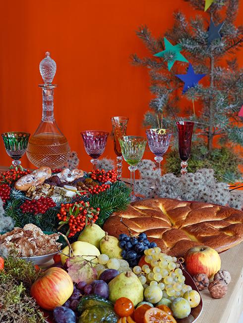 Ngày lễ Giáng sinh cũng như ngày Tết ở Việt Nam, luôn là dịp để tận hưởng sự no đủ sau một năm cần mẫn với đất đai. Nếu bạn muốn thể hiện tình yêu của mình với mùa màng, với những sản vật đã nuôi sống nhân loại qua hàng triệu năm, thì có lẽ bạn không nên ngại ngần đặt lên bàn tiệc của mình thật nhiều hoa trái và những món ăn phương Tây truyền thống.