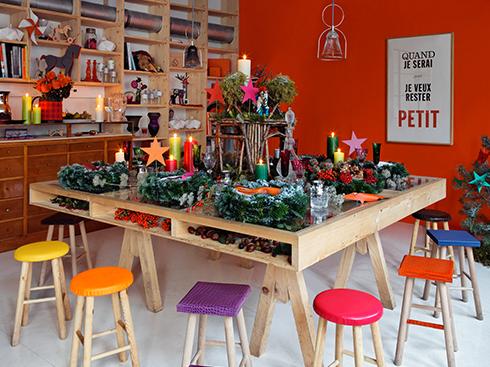 Sự mộc mạc của bàn tiệc đầy sản vật từ nghề nông không nói lên rằng bạn là người cẩu thả. Trái lại, với việc lựa chọn những chiếc ghế bọc da màu đủ nồng ấm nhưng không quá chói lọi của Hermès giúp bạn có được không gian đủ tinh tế và sang trọng. Chiếc bàn được thiết kế khéo léo từ gỗ sồi hay thông giúp bạn có thể trưng bày, cất giữ những thực phẩm phơi khô ngay tại bàn ăn mà không tạo ra cảm giác bừa bộn. Và tất nhiên, bàn tiệc Giáng sinh kiểu này cần phù hợp với toàn bộ khung cảnh xung quanh: không gian giản dị, không hào nhoáng.