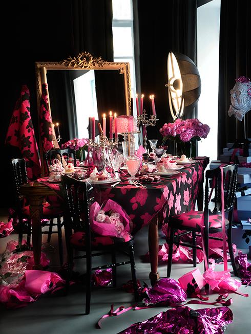 Để tạo nên ấn tượng mạnh hơn cho những vị khách may mắn được mời đến bữa tiệc, đừng ngại làm mới toàn bộ màu sắc trong nhà. Vải bọc ghế, khăn trải bàn và rèm cửa có chung họa tiết thật ấm nóng của Lanvin, tại sao không? Tuy nhiên, một chút sắc đen để tạo cân bằng và mang lại vẻ đẹp huyền bí cho một đêm tiệc cuối năm cũng là điều đáng chú ý.