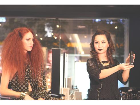 Ms Phan Ngọc Thanh – Phụ trách đào tạo chuyên gia trang điểm MAC giới thiệu Xu hướng trang điểm Divine Night cho mùa lễ hội