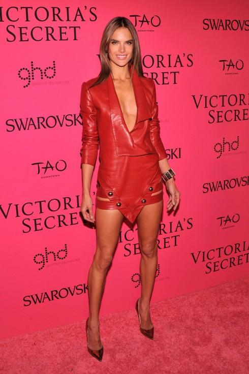 Alessandra Ambrosio khoe vóc dáng khỏe khoắn và gợi cảm trong bộ váy da đỏ của Anthony Vaccarello.