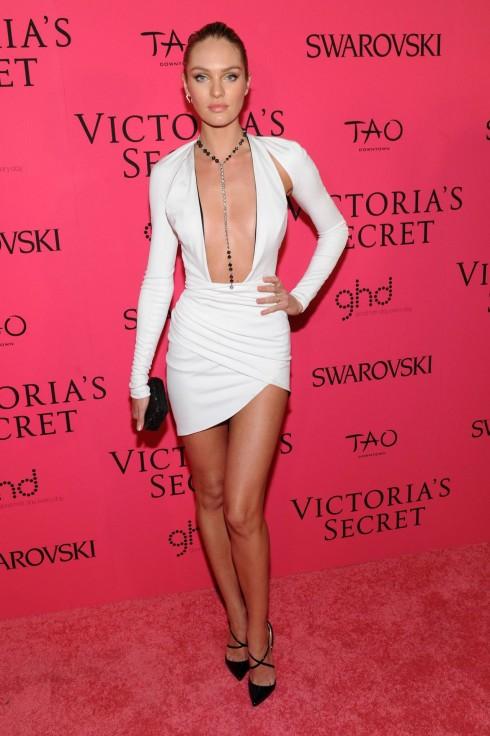 Candice Swanepoel hớp hồn người đối diện với chiếc váy xẻ ngực táo bạo.