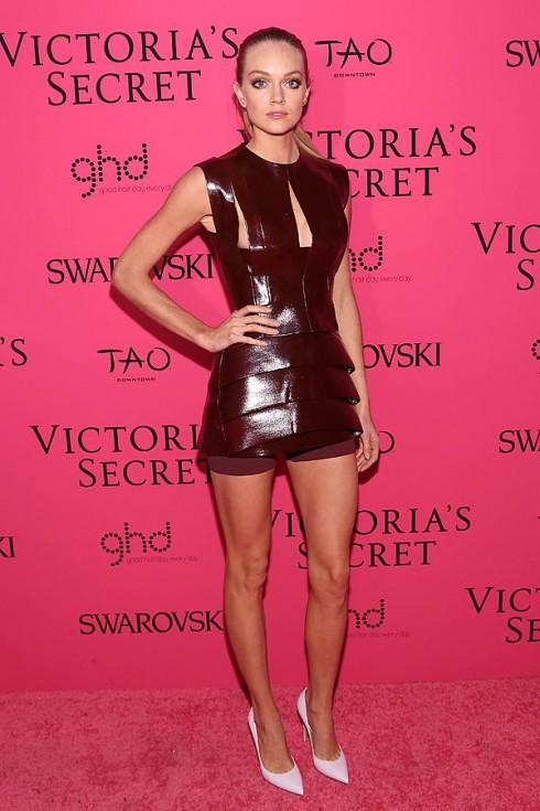 Người mẫu Lindsay Ellingson quyến rũ trong bộ đầm da bóng được cắt tinh tế - một thiết kế từ bộ sưu tập Mugler. Cô kết hợp với đôi giày cao gót màu hồng nhạt nữ tính.