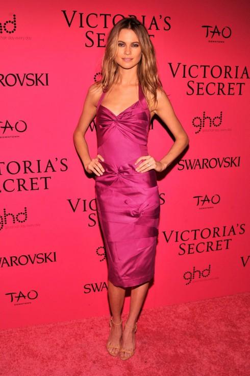 Behati Prinsloo, vợ chưa cưới của Adam Levine giản dị với chiếc đầm lụa màu tím.
