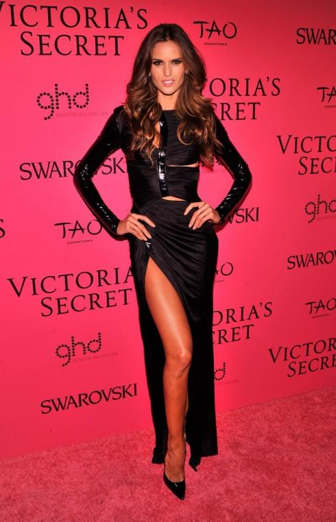 Izabel Goulart gợi cảm và bí ẩn trong bộ váy đen xẻ tà của Versace